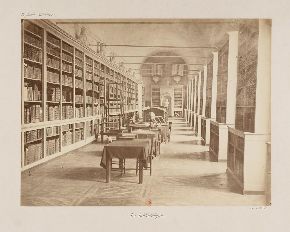 Bibliothèque vers 1870, photographie par Charles Cottrel